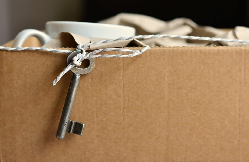 box with coffee cups and decorative key on a string